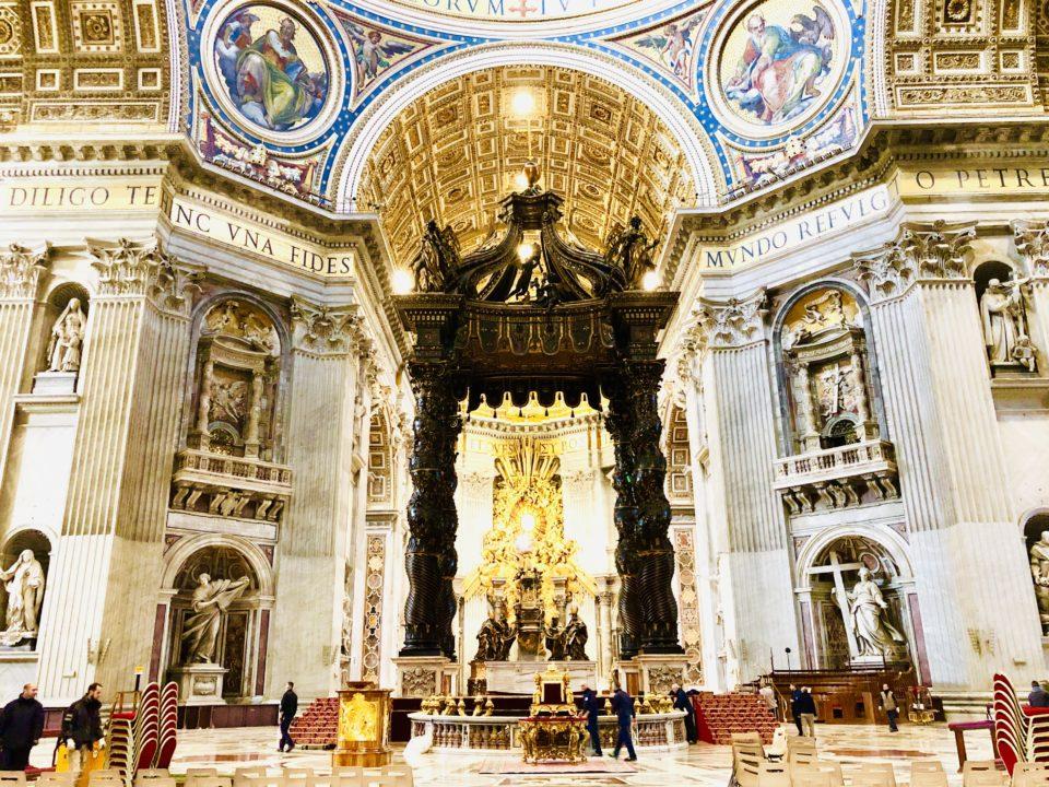 サンピエトロ大聖堂内部  ベルニーニ作 ブロンズの天蓋