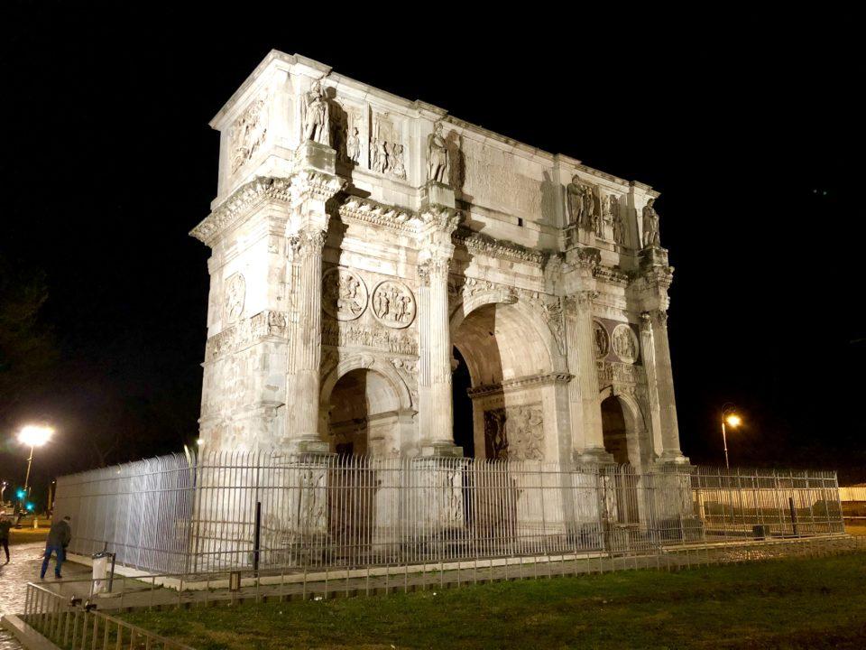 夜のコンスタンティヌスの凱旋門