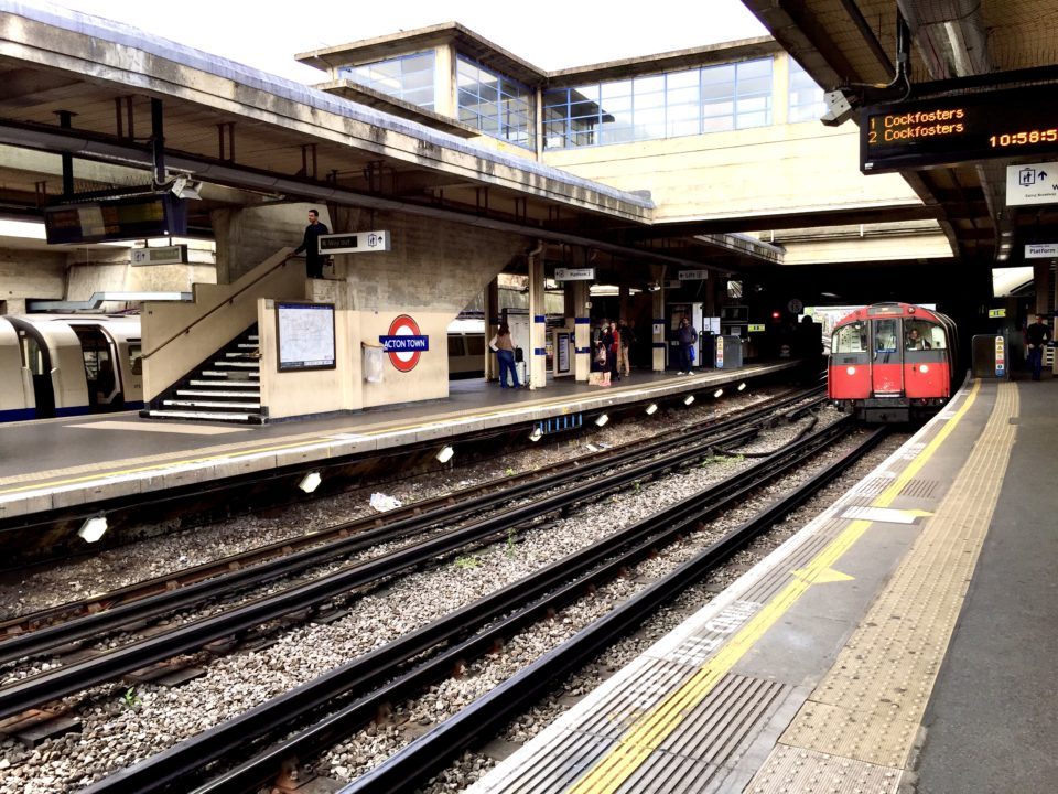 ロンドン ACTON TOWN駅